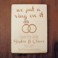 "Feinheit Goldschmiede Holz Save the Date Karte ""we put a ring on it"""