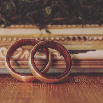 Feinheit Goldschmiede Ehering aus Holz und Gelbgold
