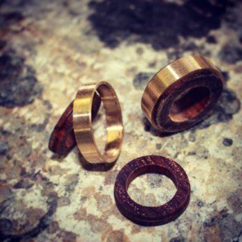 Feinheit Goldschmiede Eheringe aus Gelbgold und Holz