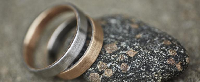 Feinheit Goldschmiede handgefertigte Eheringe in Kombination mit Titan