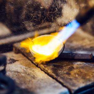 Altgold wird für die Herstellung neuer Eheringe eingeschmolzen