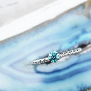 Verlobungsring aus Weißgold und Brillant in der Farbe Ocean Blue
