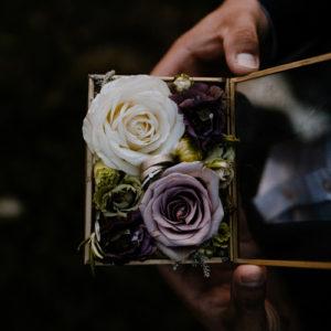 Verlobungsring aus Weißgold mit Brillanten in einer Ringbox mit Blüten